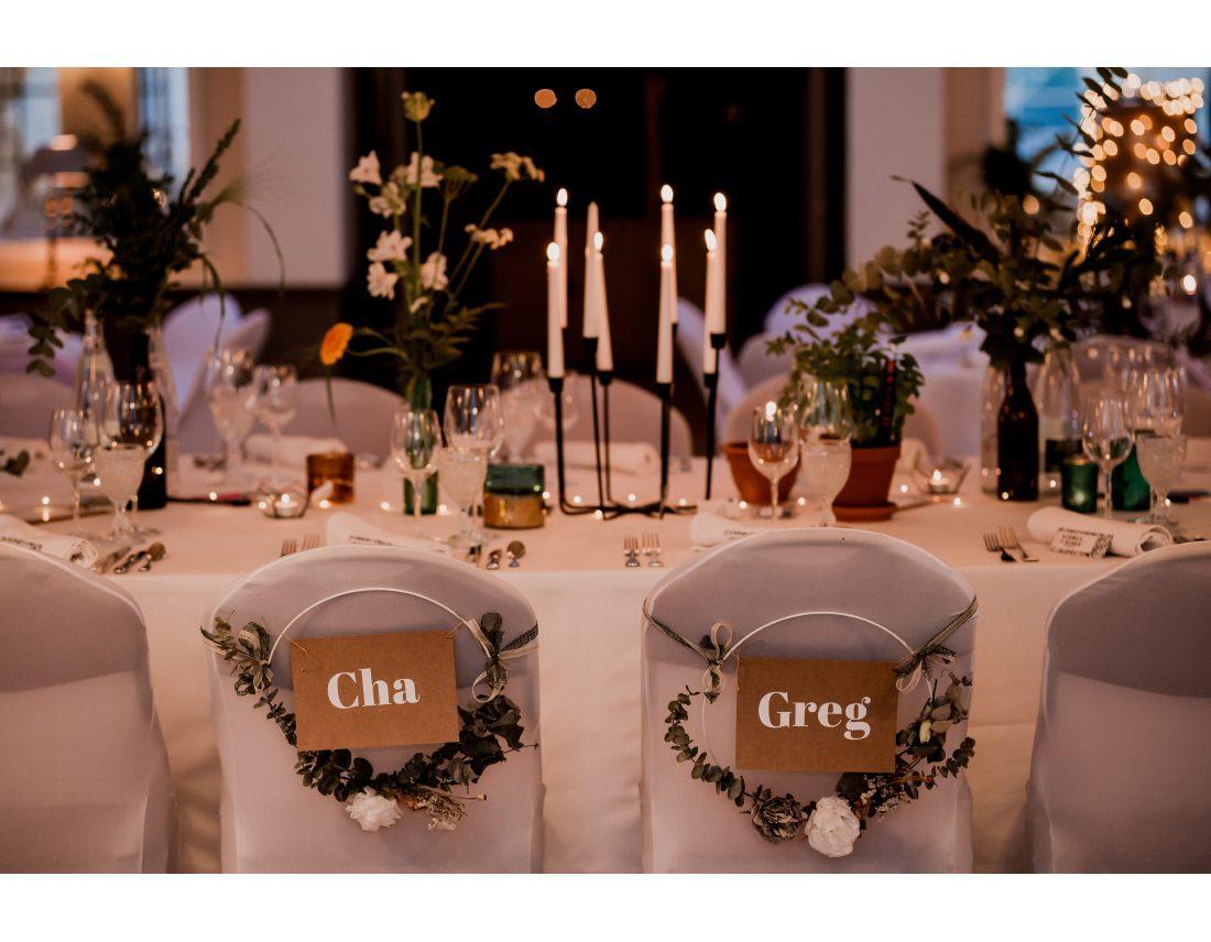 Places des mariés pour leur repas au chateau de courban.