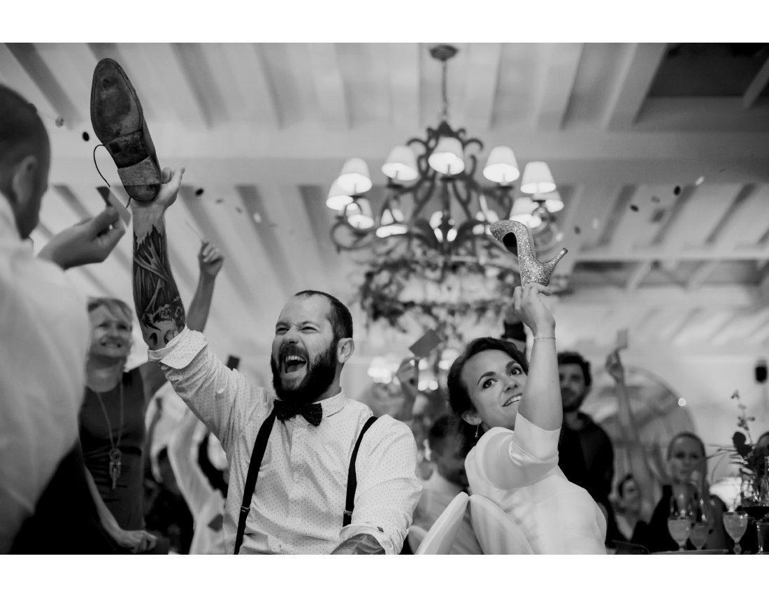 Couple de mariés jouant lors de leur soirée de mariage