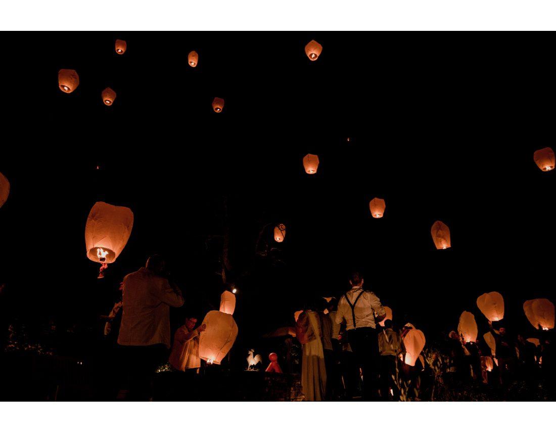 Lacher de lanternes dans la nuit lros d'un mariage