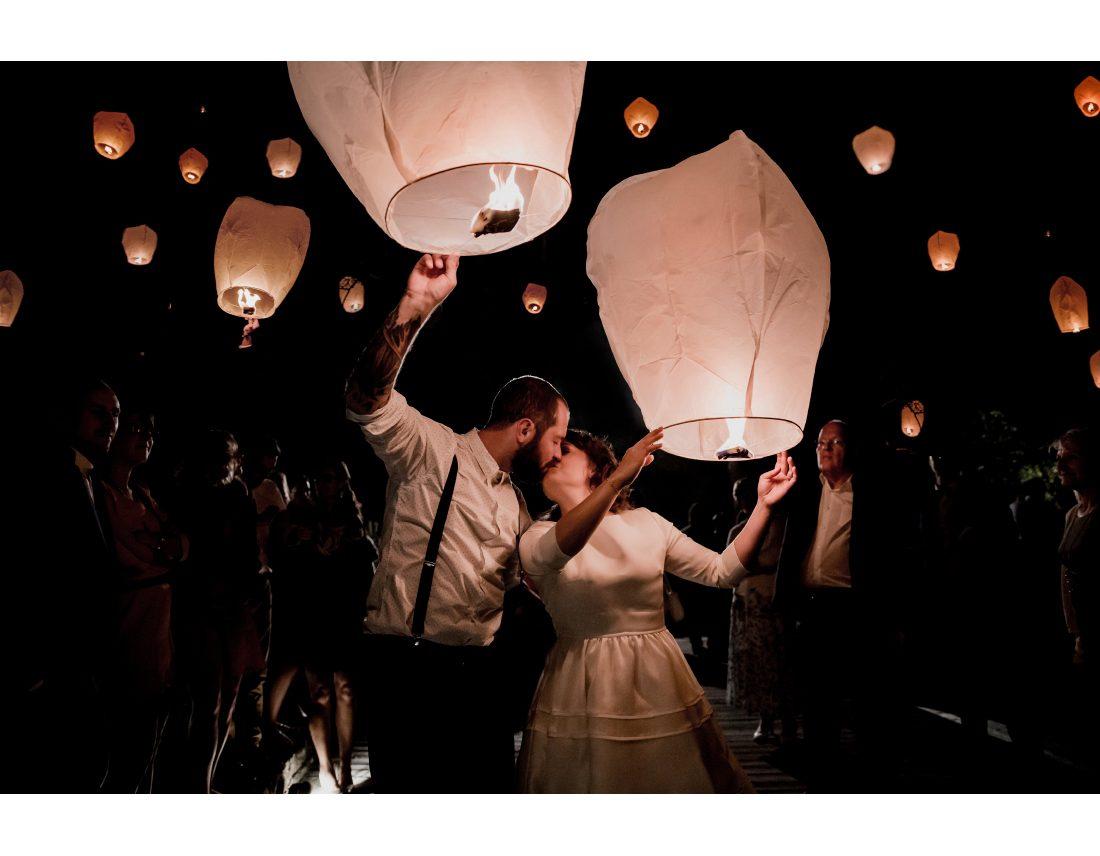 Couple qui s'embrasse pendant le lâcher de lanternes.