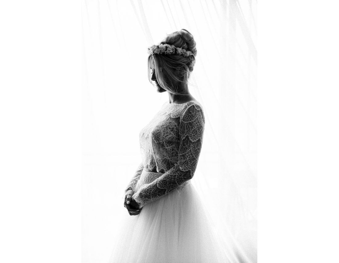 Mariée de profil en n&b, prête, robe en dentelle Rosa Clara.