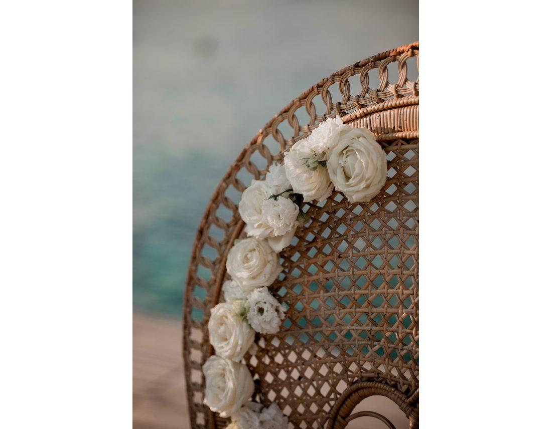 Roses et lysianthus decorant les fauteuils des mariés.