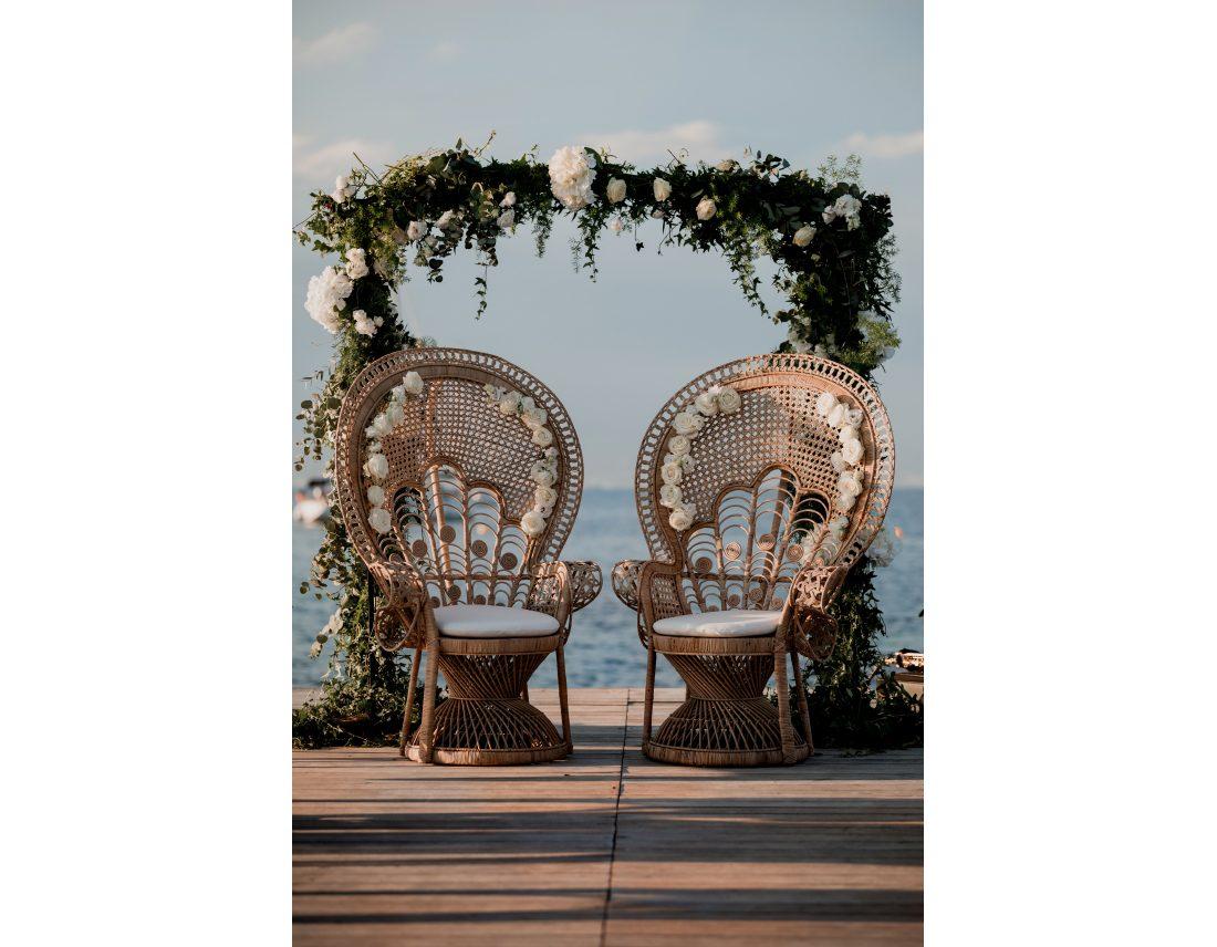 Deux fauteuils emmanuelle magnifique avec des roses pour ceremonie laique.