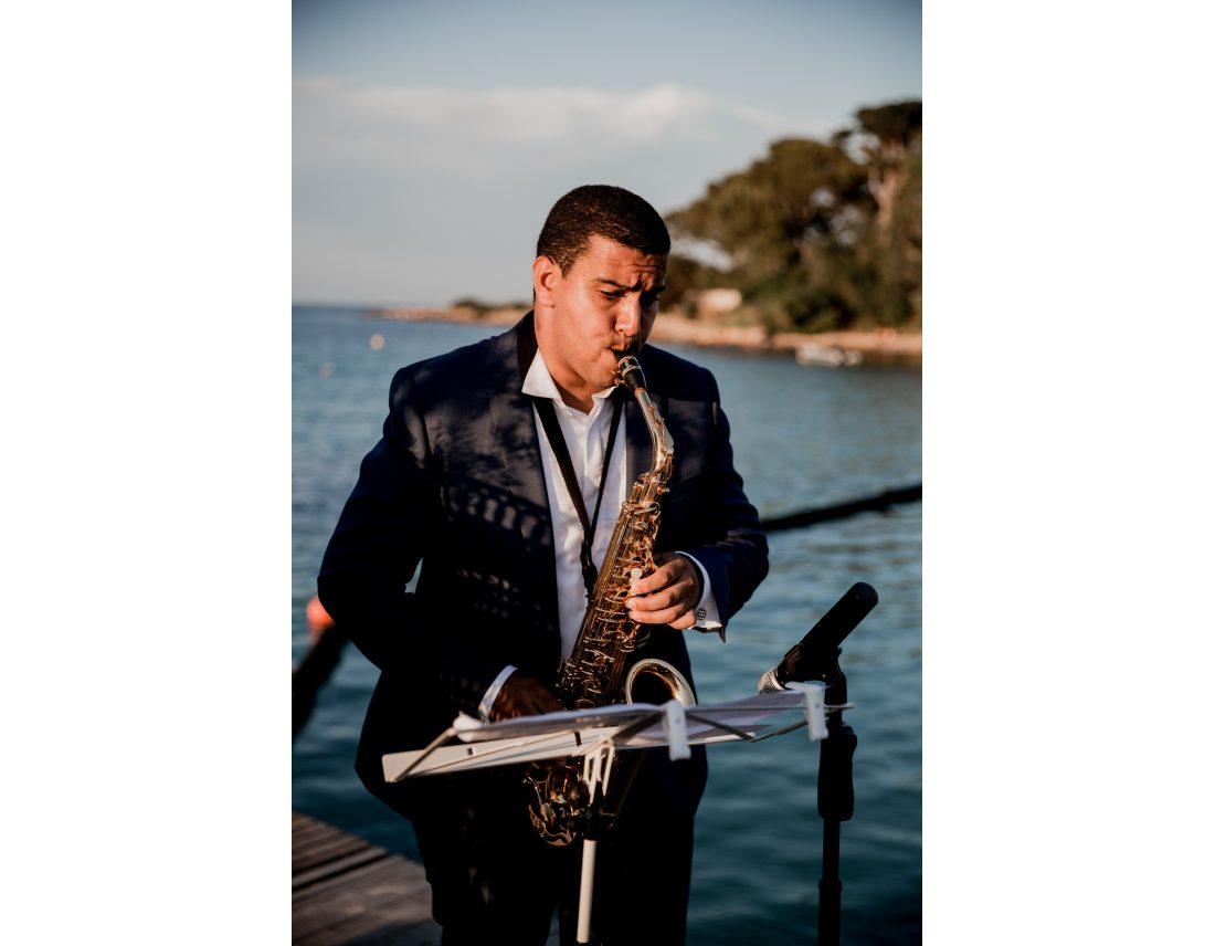 Joueur de saxophone pendant une ceremonqiue laique.