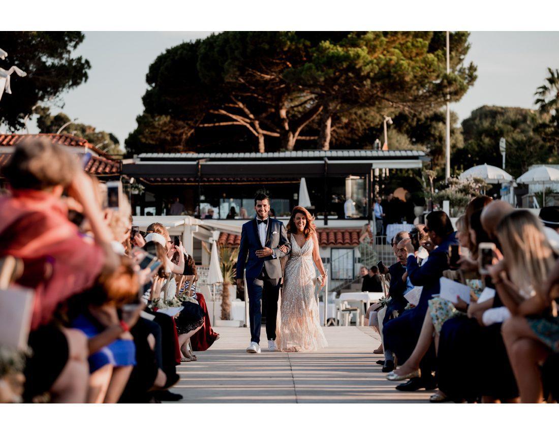 Mariée arrivant avec sa maman lors de sa ceremonie de mariage.