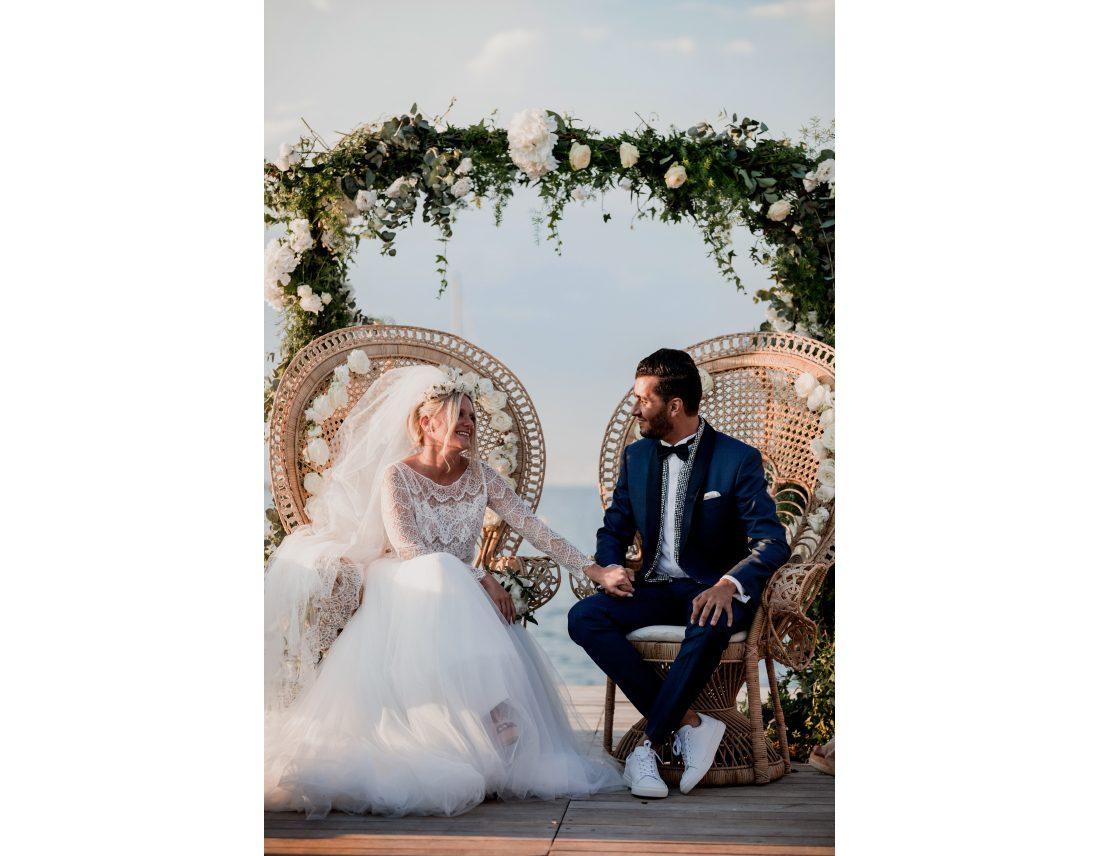 Couple se tenant la main pendant leur ceremonie de mariage.