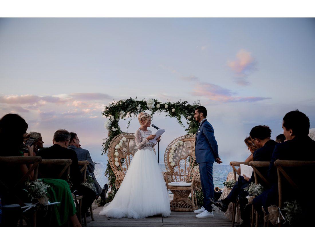 Ceremonie de mariage sur un ponton au crepuscule à Nice.