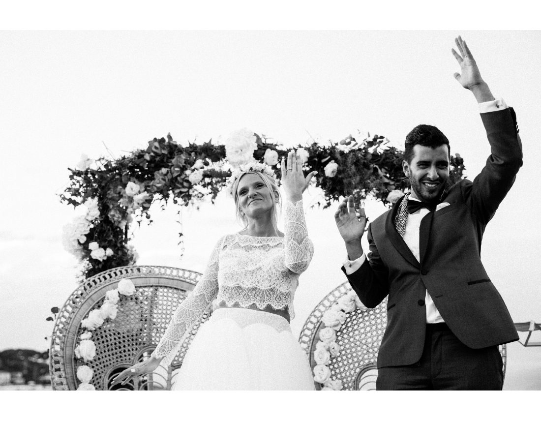 Mariés montrant leurs alliances lors de leur mariage.