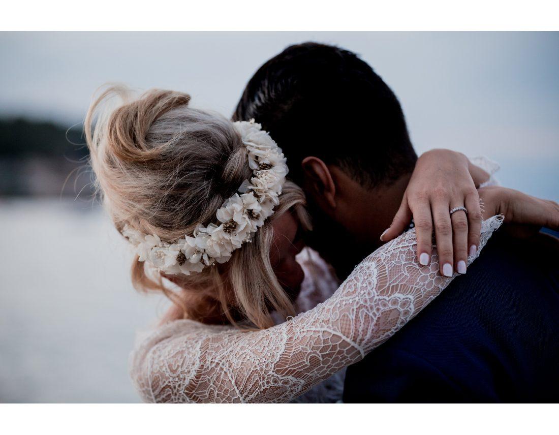 Couronne de fleur et dentelle de la mariée.