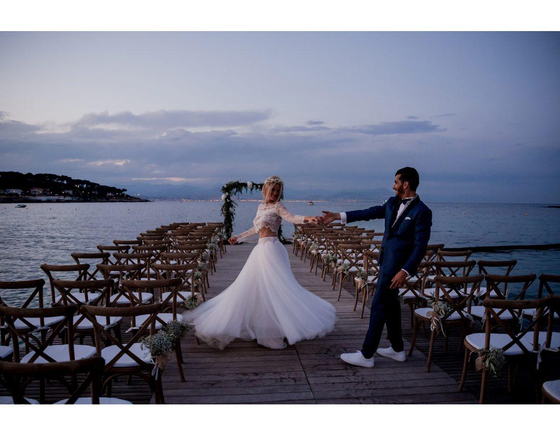 Couple de mariés dansant sur le ponton de la plage Keller à Nice.
