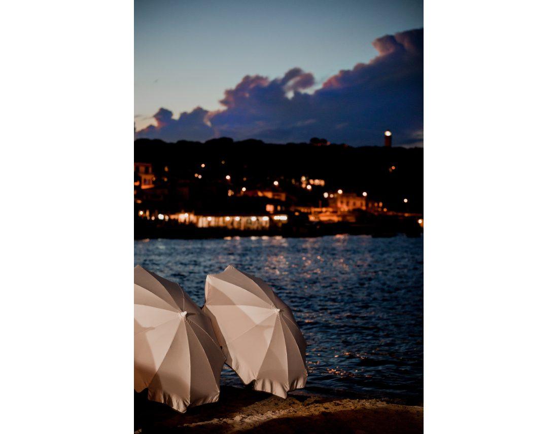 Vue de plage de nuit a Nice.