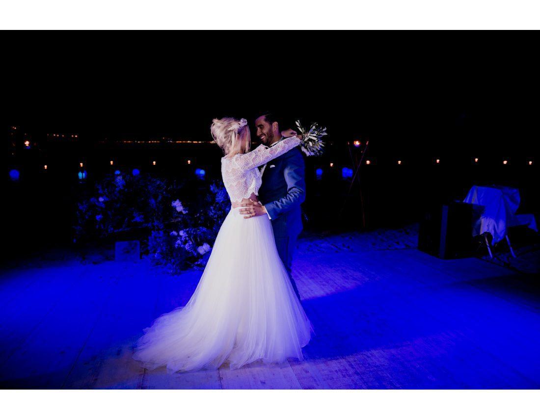 Couple de mariés dansant a la plage Keller à Nice.