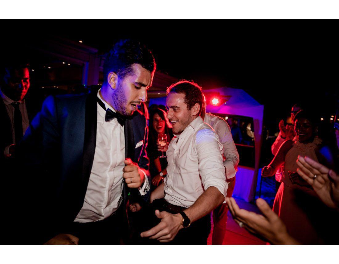 Hommes dansant lors d'un mariage