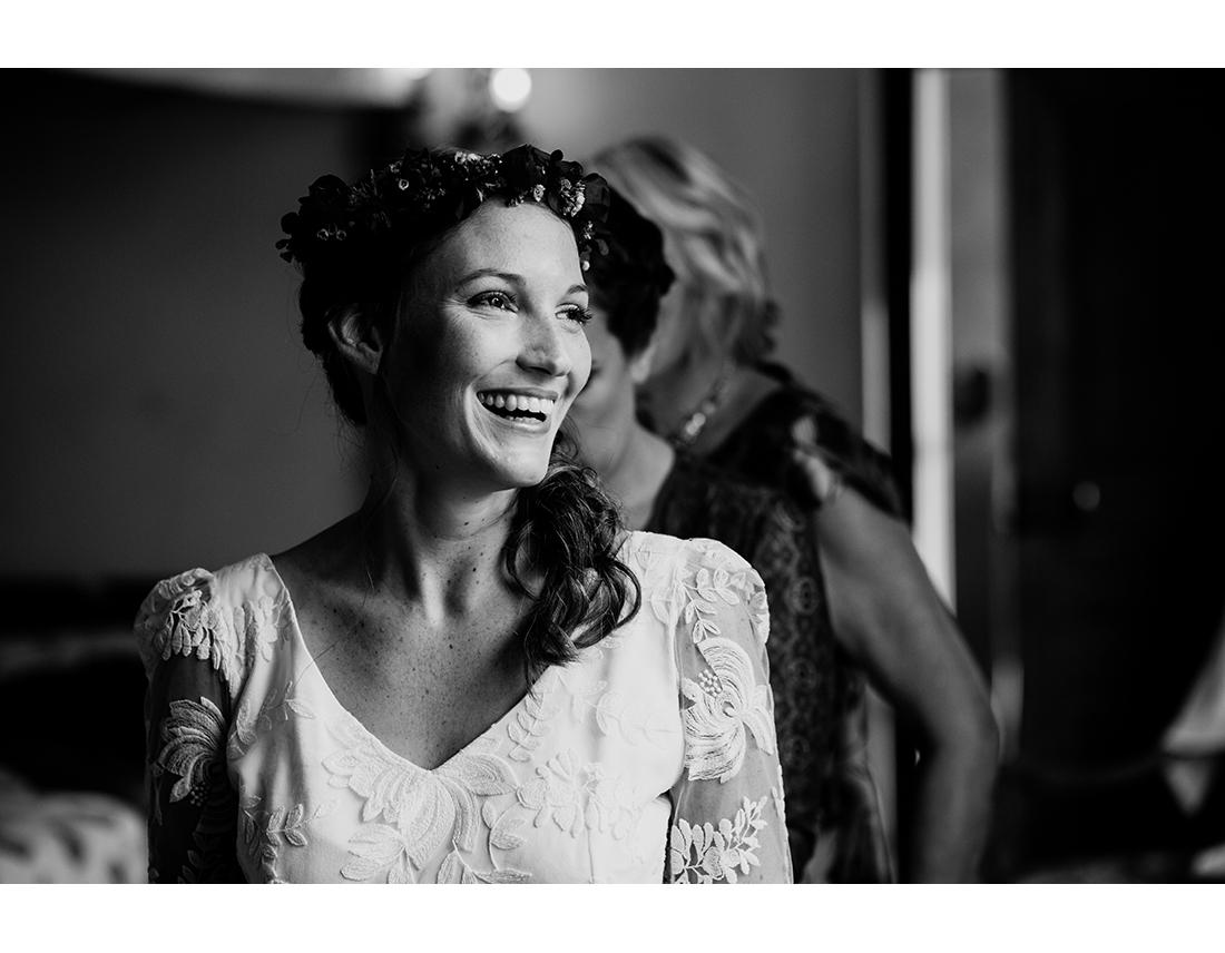 Mariée riant au mariage en bretagne au Domaine de la Haye d'Irée par Camille Collin.