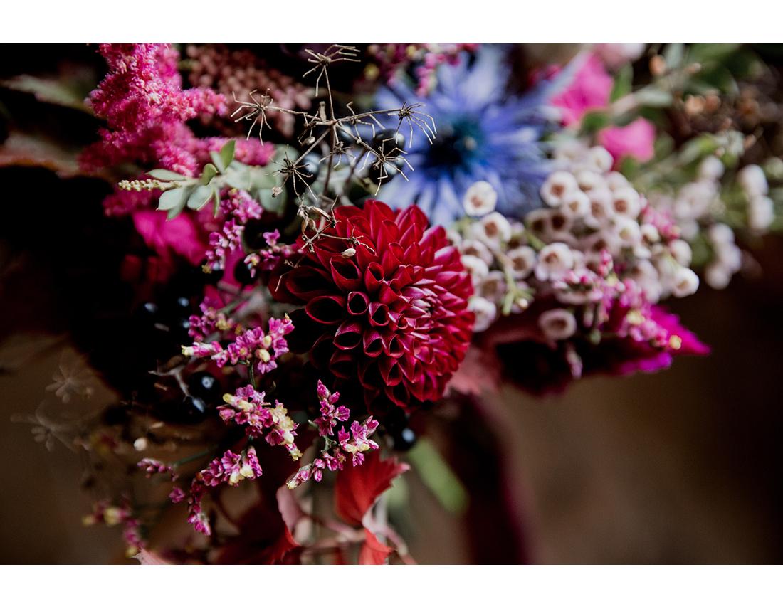 Detail bouquet dahlia au mariage en bretagne au Domaine de la Haye d'Irée par Camille Collin.