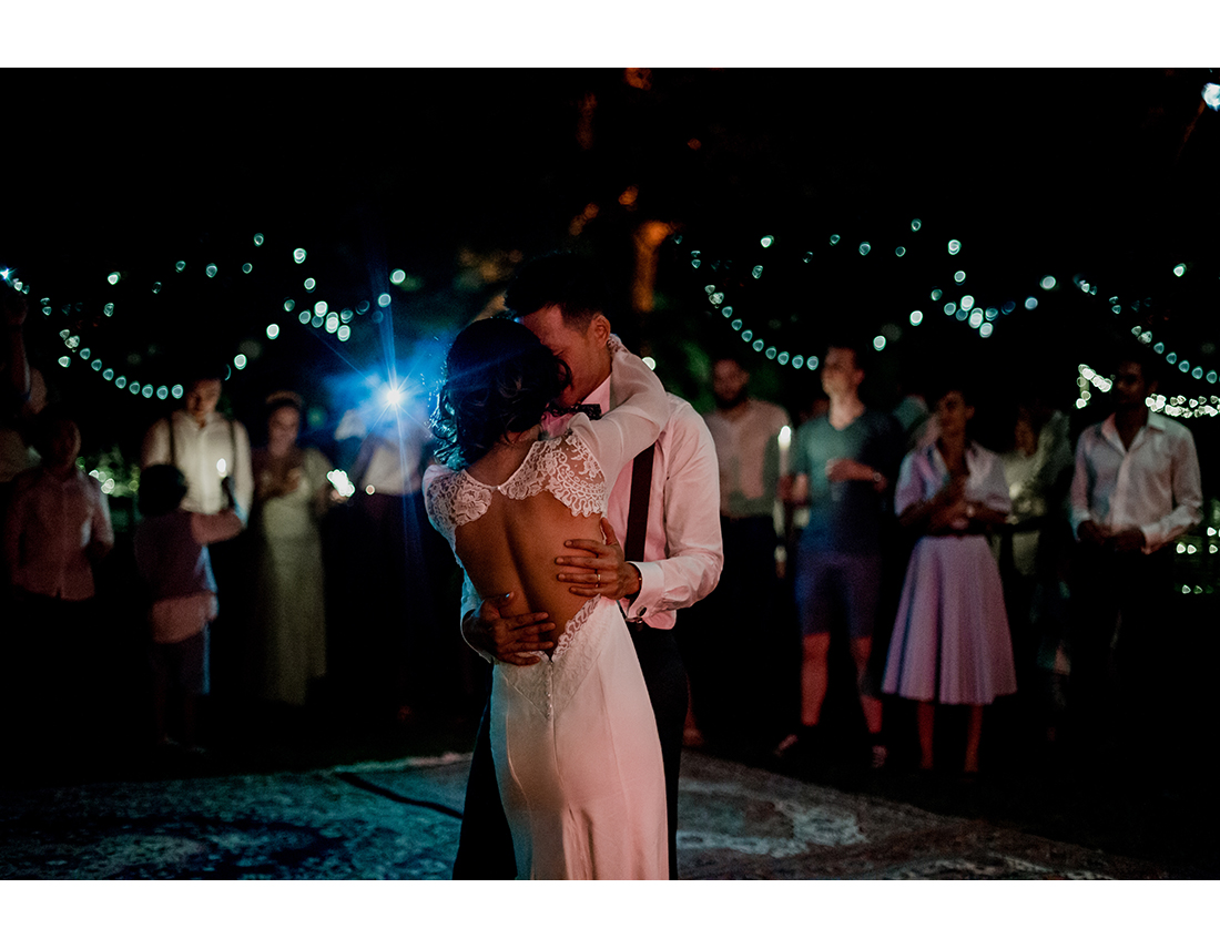 Mariage bohème au gite cormenin, couple qui danse.