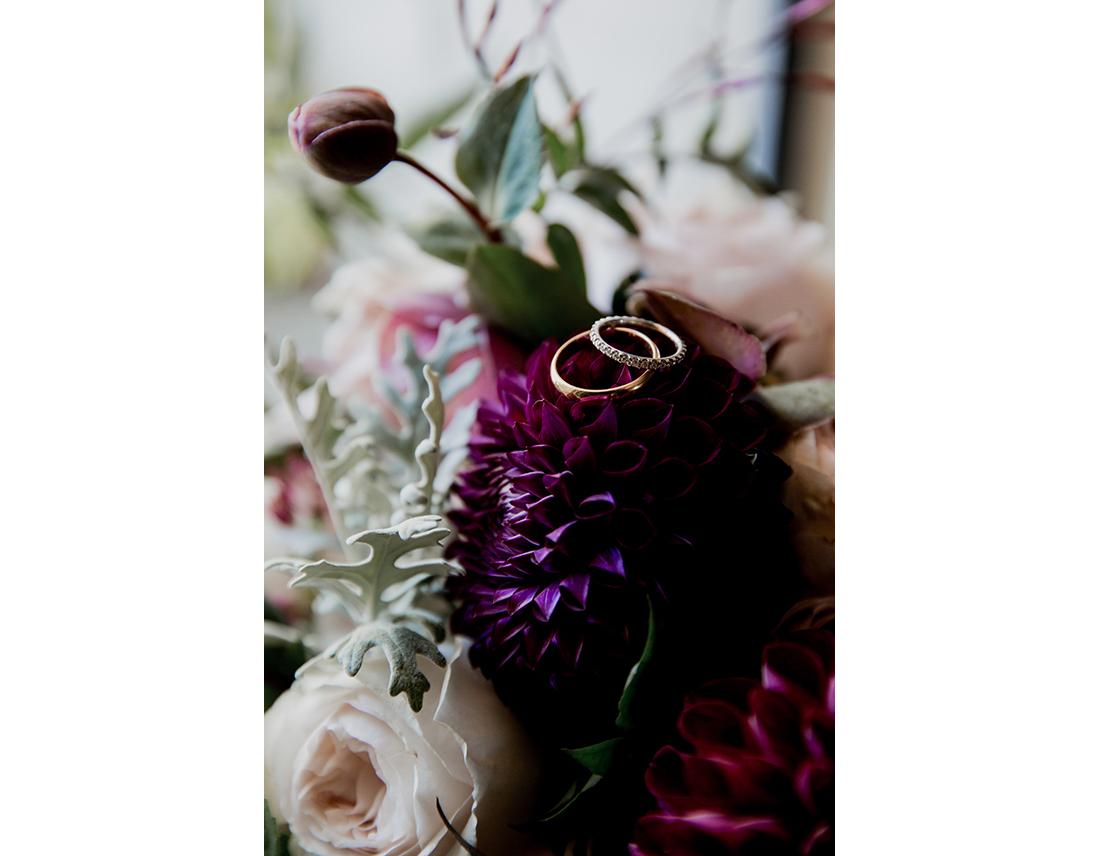 Alliances de mariage sur fleurs l'art qui pousse.