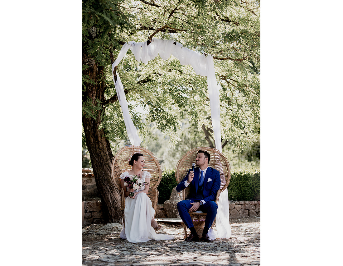 MAriés se regardant pendant lerur ceremonie de mariage.