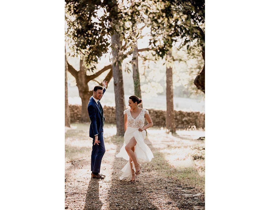 Couple de mariés dansant dans la soleil couchant.