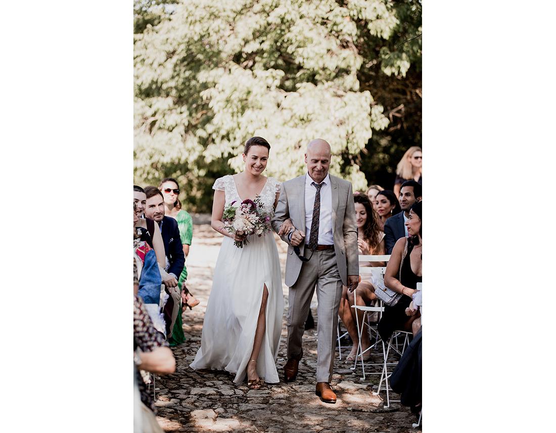 MAriée en robe sophe sarfati avec son papa.