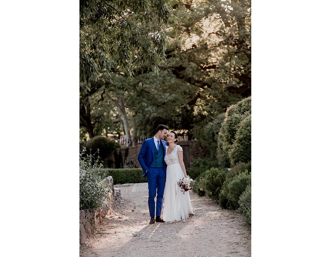 Couple de mariés dans una alée - robe sophie sarfati.