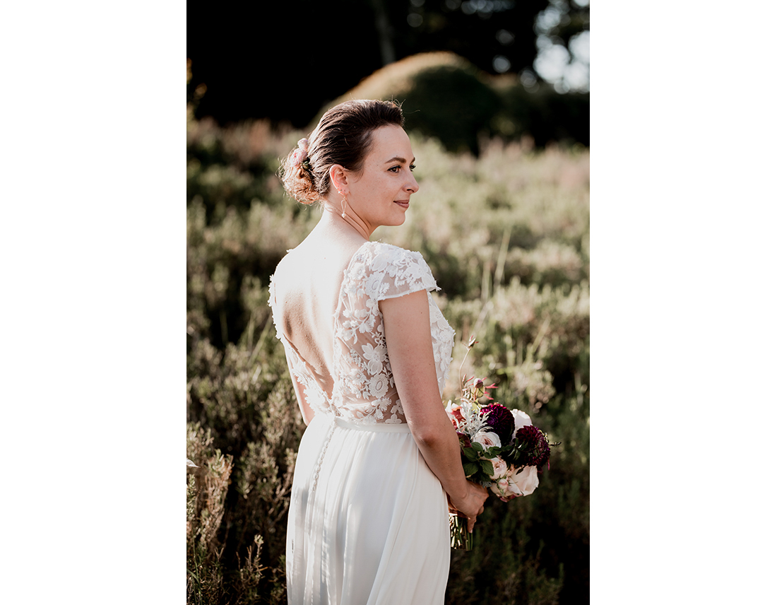 Mariée en robe sophie sarfati dans la garrigue.