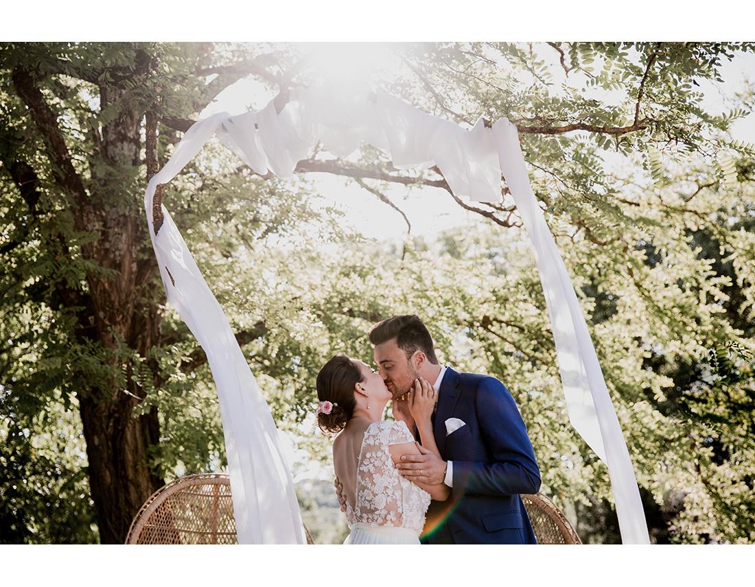 Mariés s'embrassant pendant lerur ceremonie de mariage a la commanderie de Peyrassol.