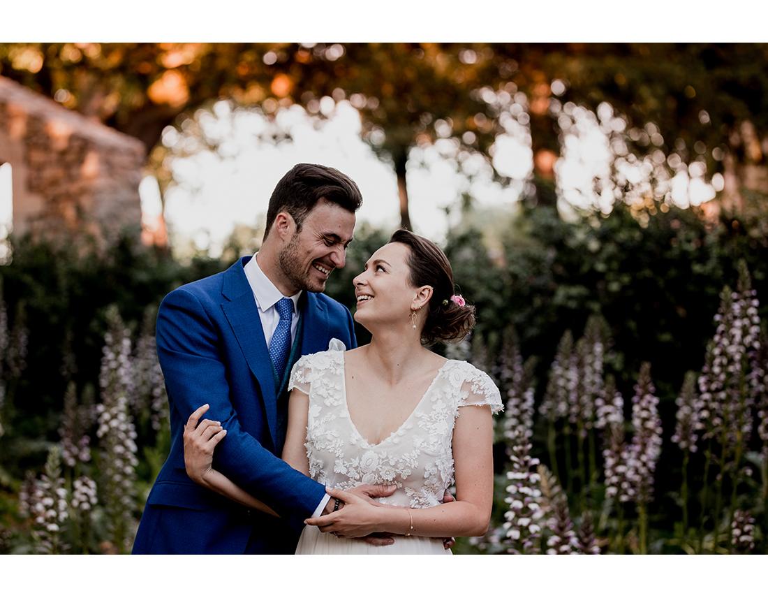 Couple de mariés riant dans la garrigue.