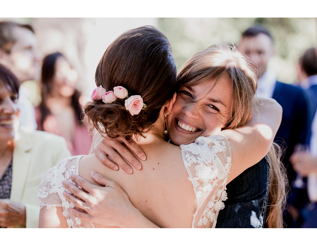 Invitée serrant dans ses bras la mariée a un mariage