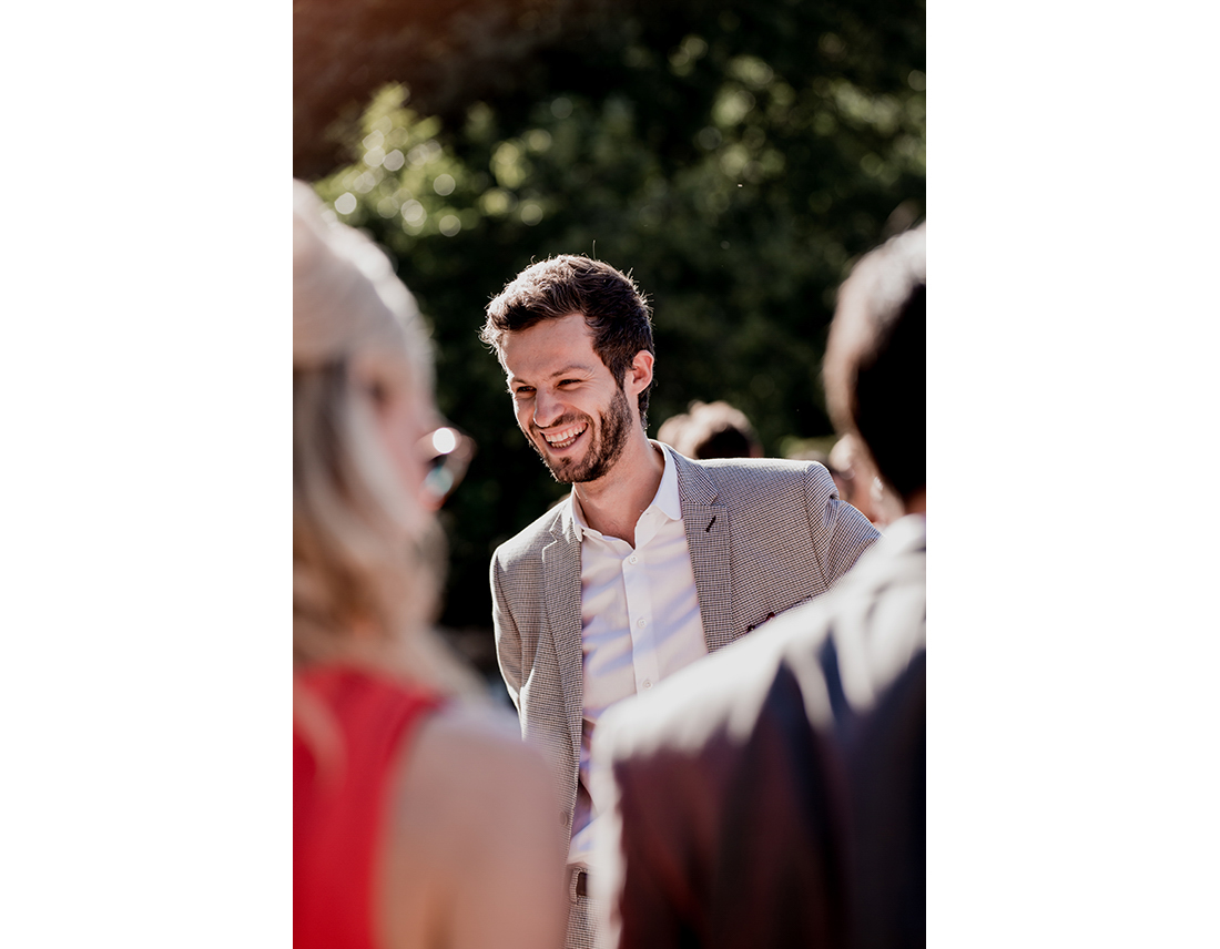 Invité riant a un mariage