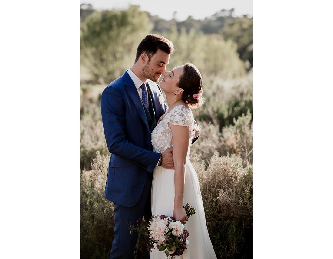 Couple de mariés dans la garrigue.