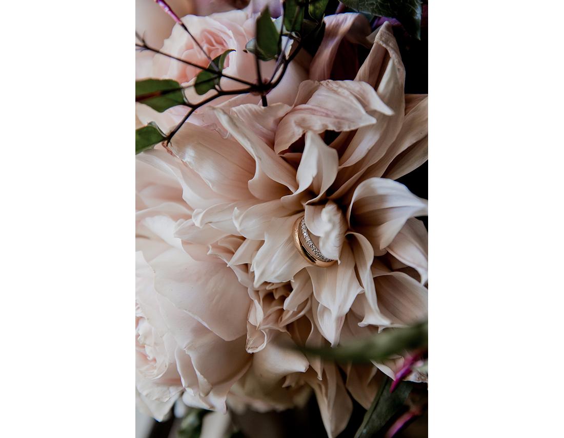 Alliances de mariage sur bouquet l'art qui pousse.