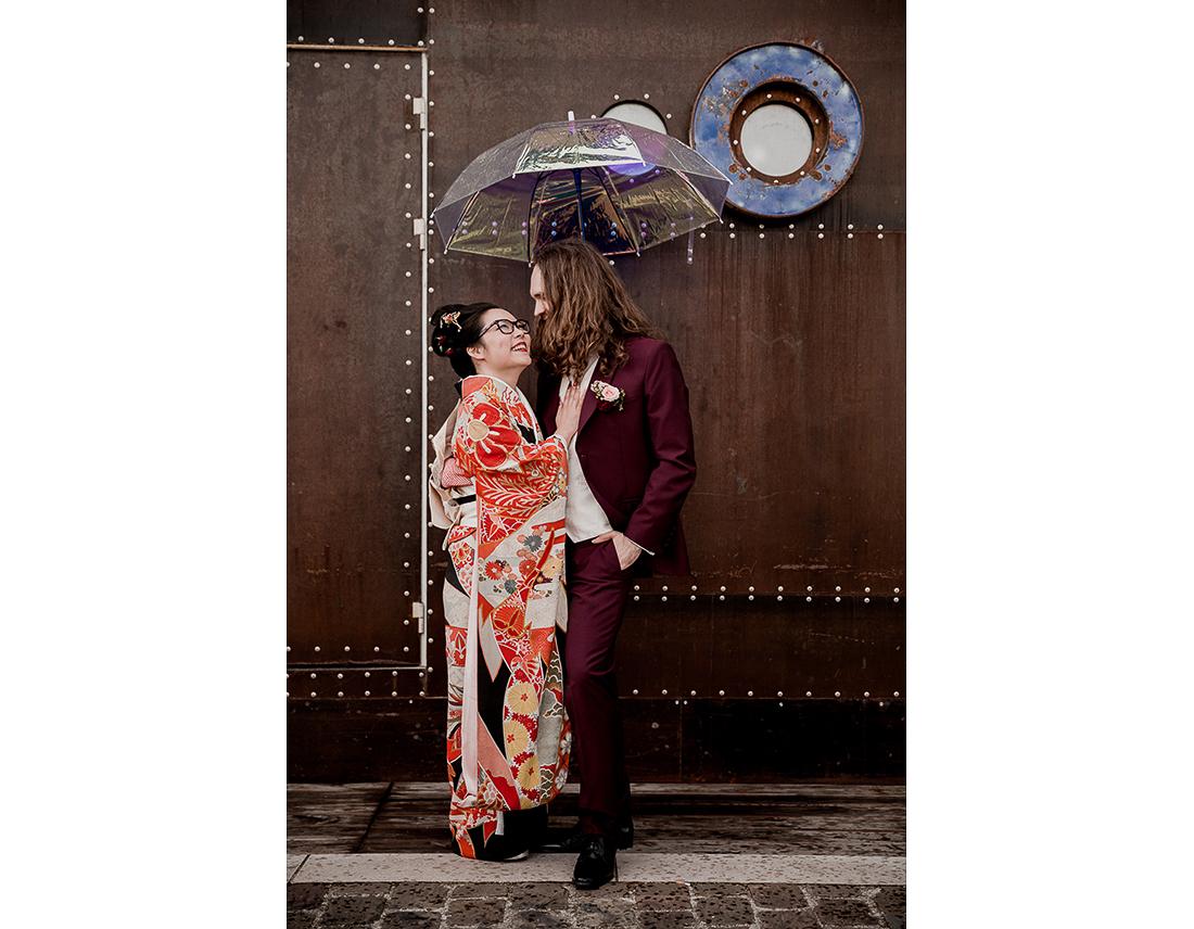 Photo de couple sur les quais de seine devant le kiosque flottant..