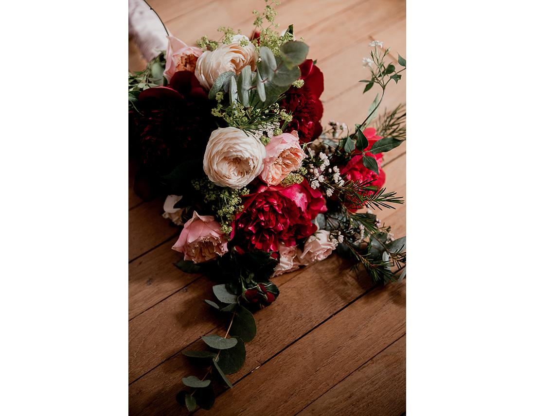 Bouquet defleurs rouges et rose pale. Pivoines et roses.