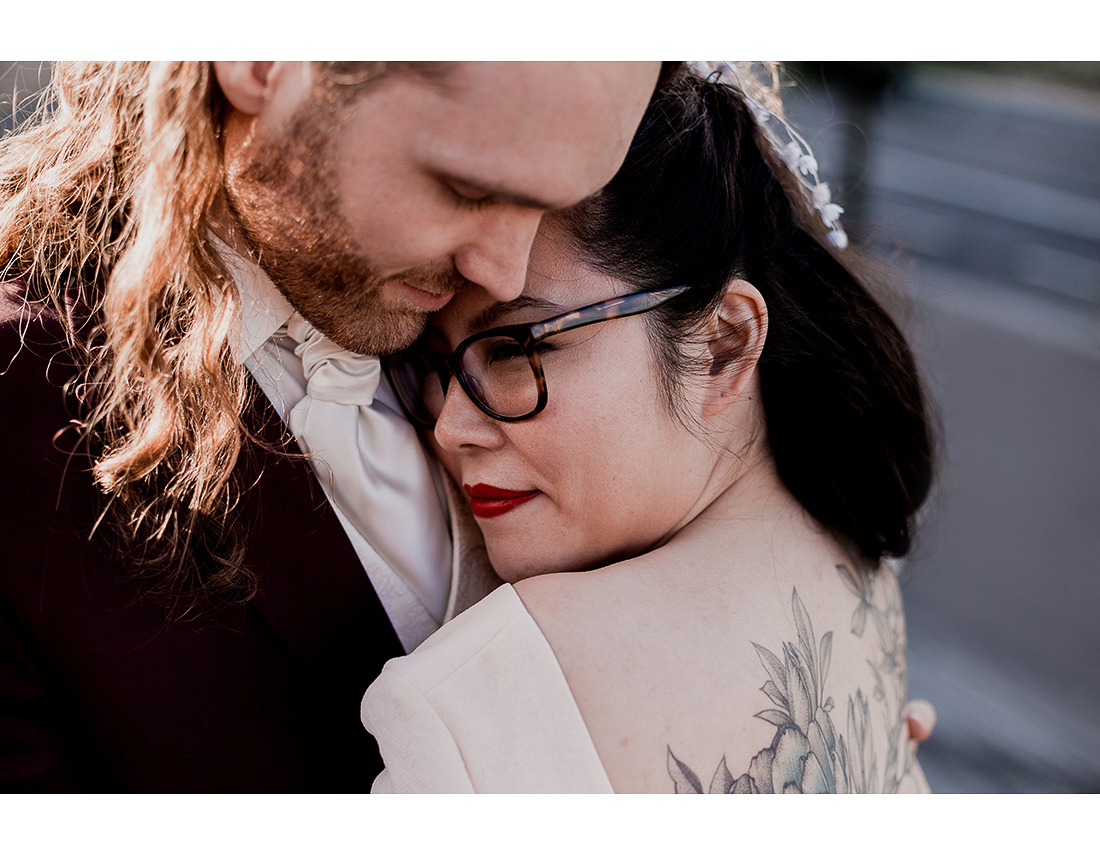 Couple de mariés tatoués devant la bibliotheque Francois mitterand à Paris.