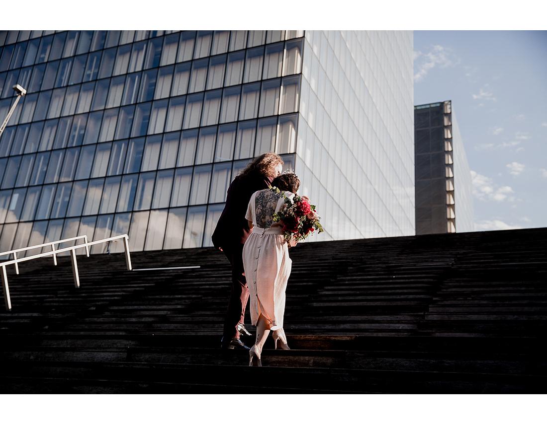 Couple devant la bibliotheque Francois mitterand à Paris.