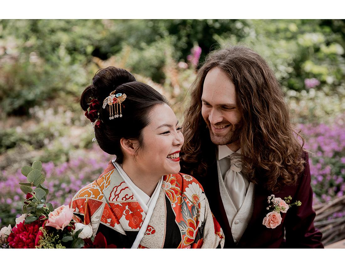 Couple franco-japonais en kimono dans le square à St germain des Prés.