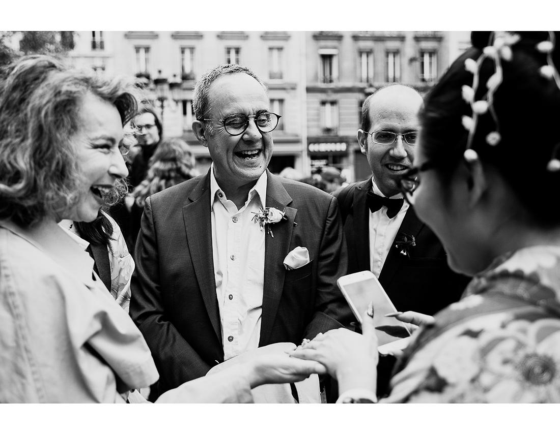 Rire des invités à un mariage a Paris..