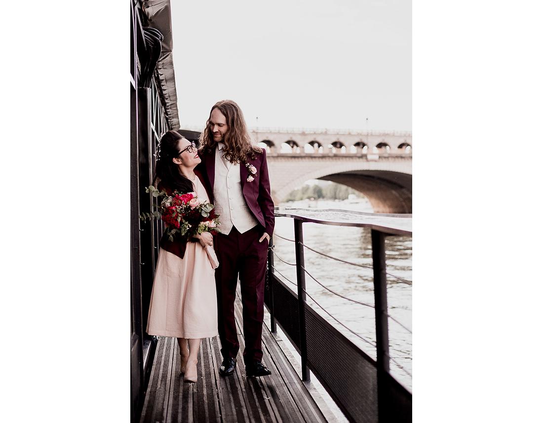 Couple de mariés sur une peniche sur la seine à Paris.